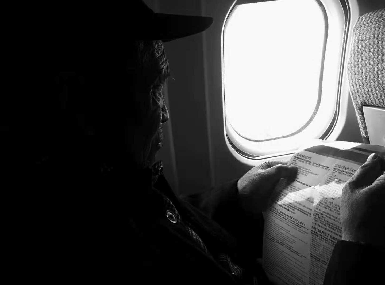机舱里阅读指南的 爷爷